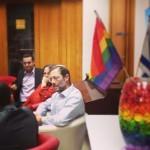 משה פייגלין פוגש פעילים בקהילה הגאה